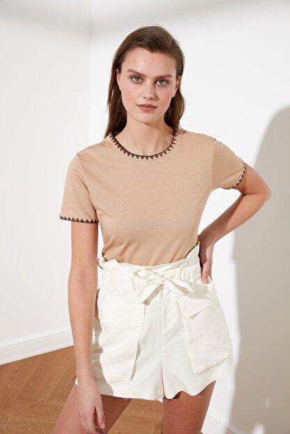 TRENDYOLMİLLA Camel Yakası Nakışlı Basic Örme T-Shirt TWOSS19AD0085