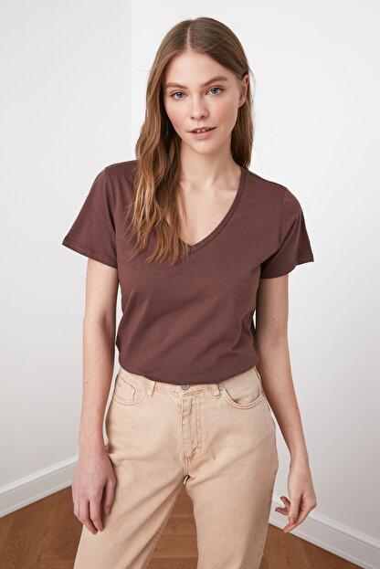 TRENDYOLMİLLA Kahverengi %100 Pamuk V Yaka Basic Örme T-Shirt TWOSS20TS0129