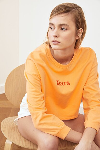 TRENDYOLMİLLA Şeftali Nakışlı Crop Örme Sweatshirt TWOSS20SW0150