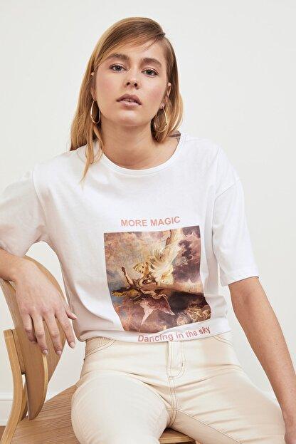 TRENDYOLMİLLA Beyaz Baskılı Boyfriend Örme T-Shirt TWOSS21TS0219