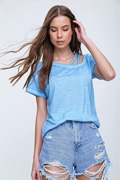 Trend Alaçatı Stili Kadın Mavi Askı Detaylı Yıkamalı T-Shirt MDA-1124