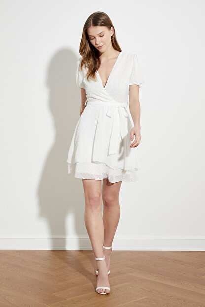 TRENDYOLMİLLA Beyaz Kuşaklı Dokulu Kumaşlı Elbise TWOSS21EL1202