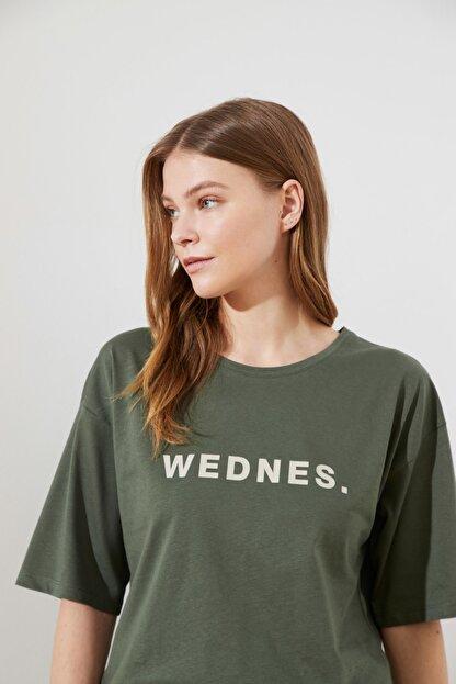 TRENDYOLMİLLA Açık Haki Baskılı Loose Örme T-Shirt TWOSS21TS0538