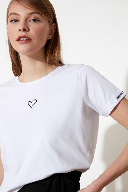 TRENDYOLMİLLA Beyaz Nakışlı Semifitted Örme T-Shirt TWOSS21TS0834