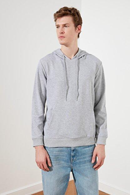 TRENDYOL MAN Gri Erkek Regular Fit Kapüşonlu Kanguru Cepli Sweatshirt TMNAW20SW0162