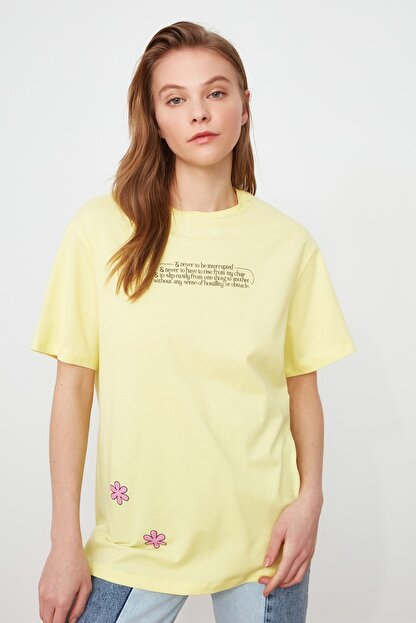 TRENDYOLMİLLA Sarı Baskılı Boyfriend Örme T-Shirt TWOSS21TS2099