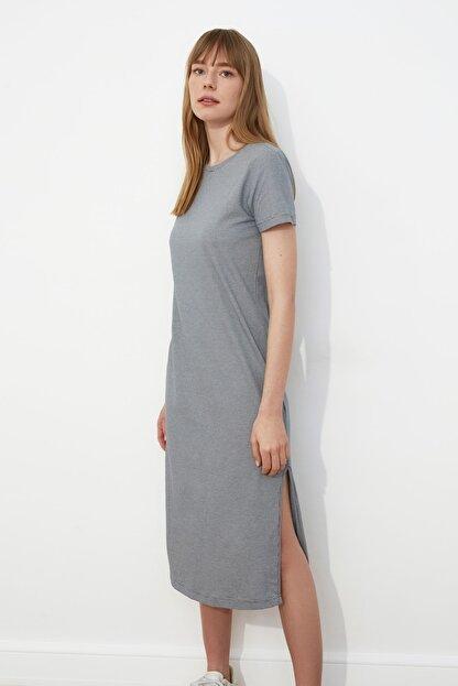 TRENDYOLMİLLA Gri Çizgili Yırtmaç Detaylı Örme Elbise TWOSS21EL0507