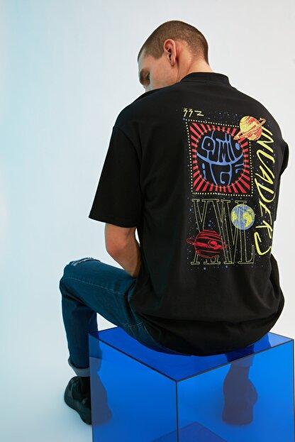 TRENDYOL MAN Siyah Erkek Regular Fit Dik Yakalı Baskılı Kısa Kollu T-Shirt TMNSS21TS0381