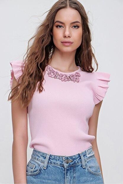 Trend Alaçatı Stili Kadın Pembe Metal Aksesuarlı Kolu Fırfırlı Kaşkorse Bluz ALC-X5978