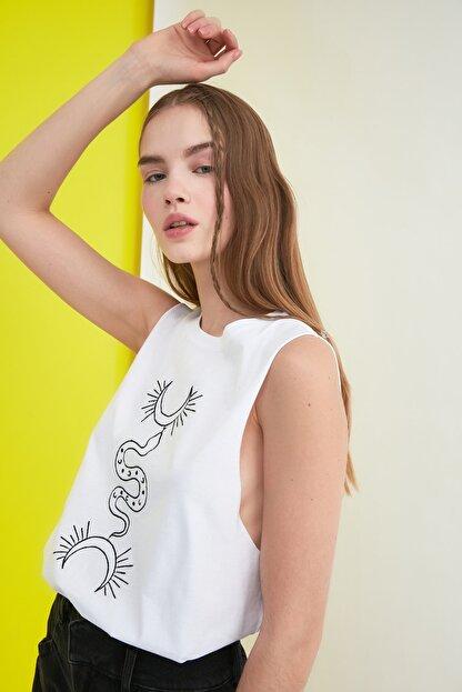TRENDYOLMİLLA Beyaz Baskılı Kolsuz Basic Örme T-Shirt TWOSS21TS0795