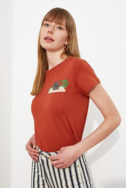 TRENDYOLMİLLA Kiremit Nakışlı Basic Örme T-Shirt TWOSS19PB0013