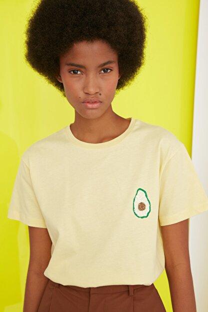TRENDYOLMİLLA Sarı Semifitted Baskılı Örme T-Shirt TWOSS21TS0338