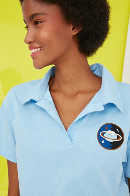 TRENDYOLMİLLA Mavi Crop Nakışlı Örme T-Shirt TWOSS21TS0727
