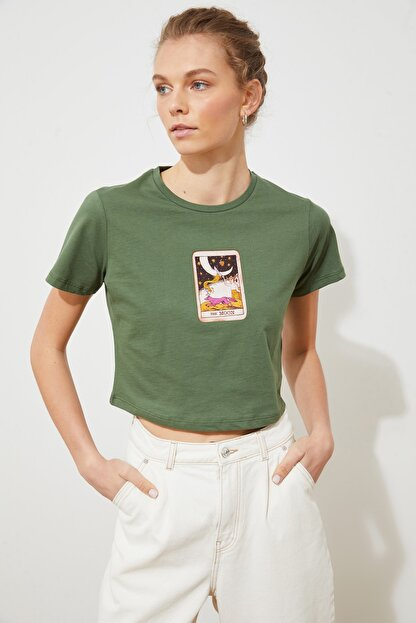 TRENDYOLMİLLA Haki Baskılı Crop Örme T-Shirt TWOSS21TS1137