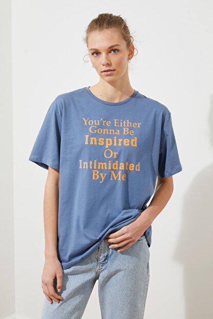 TRENDYOLMİLLA Indigo Ön ve Sırt Baskılı Boyfriend Örme T-Shirt TWOSS21TS2063