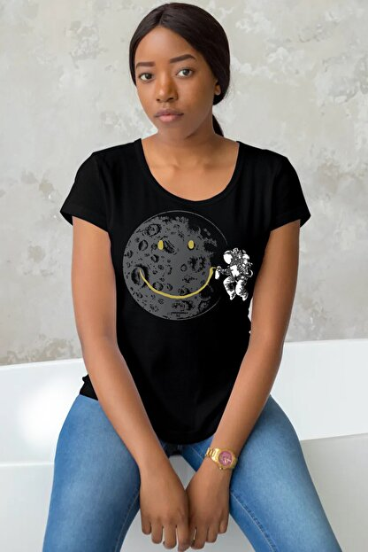 Rock & Roll Kadın Siyah Grafitici Astronot Yuvarlak, Rahat, Geniş Yaka Kısa Kollu T-shirt