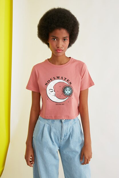 TRENDYOLMİLLA Gül Kurusu Baskılı Crop Örme T-Shirt TWOSS21TS1030