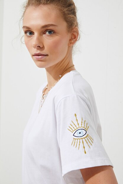 TRENDYOLMİLLA Beyaz Kol Nakışlı Boyfriend Örme T-Shirt TWOSS21TS1789