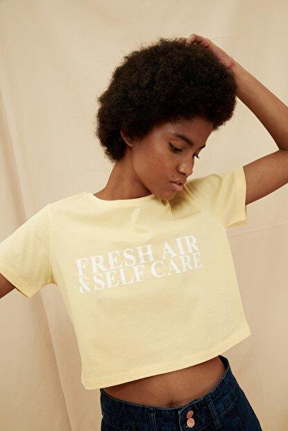 TRENDYOLMİLLA Sarı %100 Organik Pamuk Crop Baskılı Örme T-Shirt TWOSS21TS1413