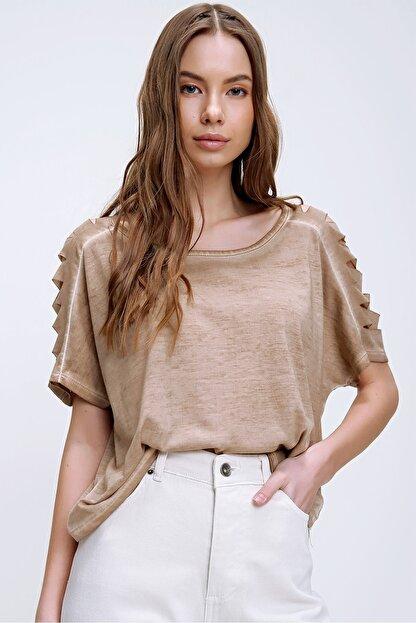 Trend Alaçatı Stili Kadın Camel Kolları Lazer Kesimli Yıkamalı T-Shirt MDA-1122