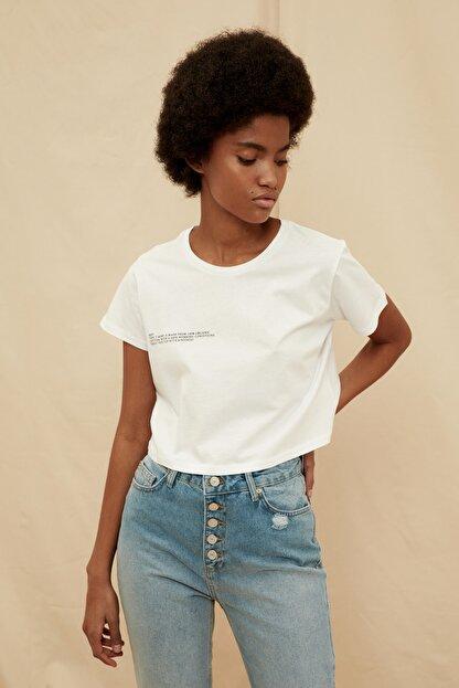 TRENDYOLMİLLA Beyaz %100 Organik Pamuk Ön ve Sırt Baskılı Crop Örme T-Shirt TWOSS21TS1420