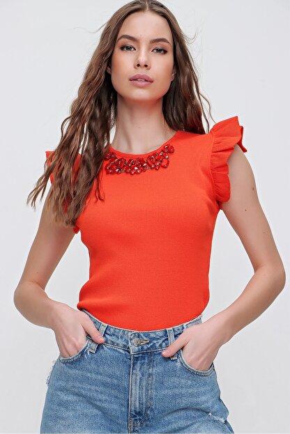 Trend Alaçatı Stili Kadın Turuncu Metal Aksesuarlı Kolu Fırfırlı Kaşkorse Bluz ALC-X5978