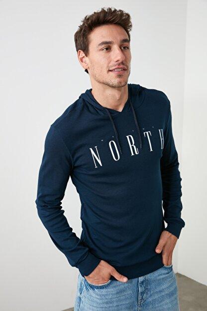 TRENDYOL MAN Lacivert Erkek Regular Fit Uzun Kollu Kapüşonlu Baskılı T-Shirt TMNAW20SW0441
