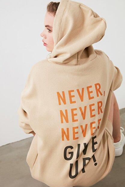 TRENDYOLMİLLA Camel Uzun Oversize Sırtı Baskılı Kapüşonlu Örme Sweat Elbise TWOAW21EL0027