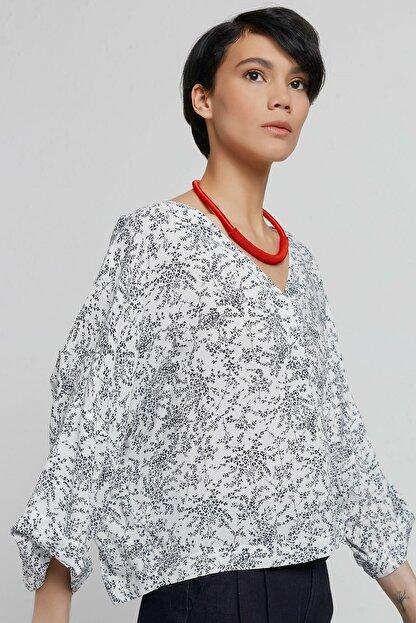 Yargıcı Kadın Beyaz Siyah Çiçek Desenli V Yaka Kırma Detaylı Bluz 9KKGM6105A
