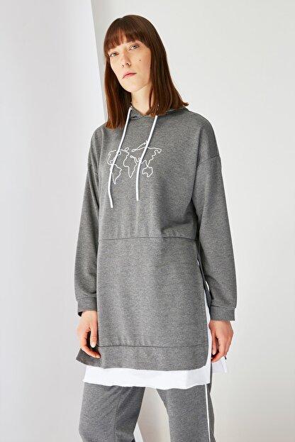 Trendyol Modest Antrasit Baskılı Kapüşonlu Örme Sweatshirt TCTSS21SW0400