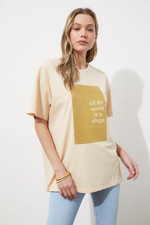 TRENDYOLMİLLA Bej Sim Baskılı Boyfriend Örme T-Shirt TWOSS20TS0419 1
