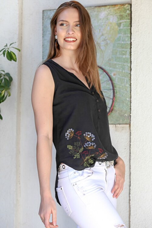 Chiccy Kadın Siyah Patı Düğme Detaylı Çiçek Nakışlı Kolsuz Dokuma Bluz M10010200BL95295 2