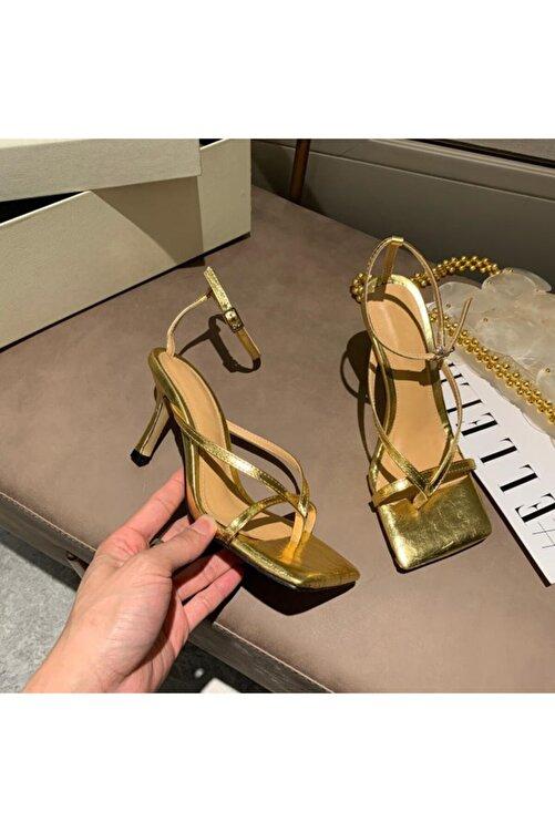 TrendyAnka Kadın Altın Gold Nude Ten 10cm Topuklu Küt Kare Burunlu Parmak Arası Tokalı Ayakkabı Sandalet Terlik 1