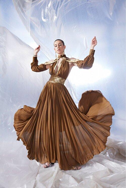 Tuba Ergin Kadın Kahverengi  Maxi Piliseli Kadife Korsaj Detaylı Seccra Elbise 1