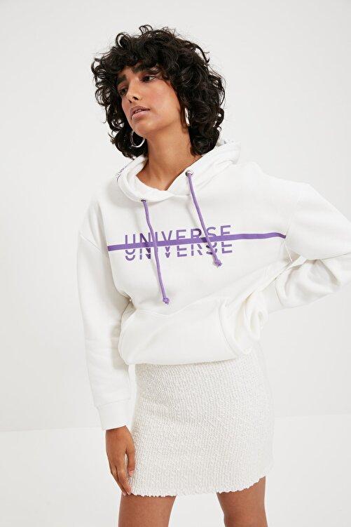 TRENDYOLMİLLA Beyaz Baskılı Kapüşonlu Oversize Örme İnce Sweatshirt TWOAW21SW0036 1