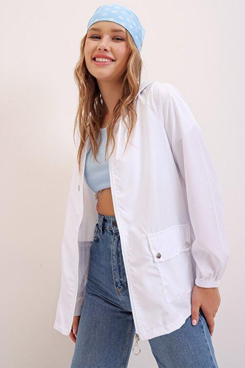 Trend Alaçatı Stili Kadın Beyaz Kapüşonlu Su Geçirmez Ceket ALC-X6986 1