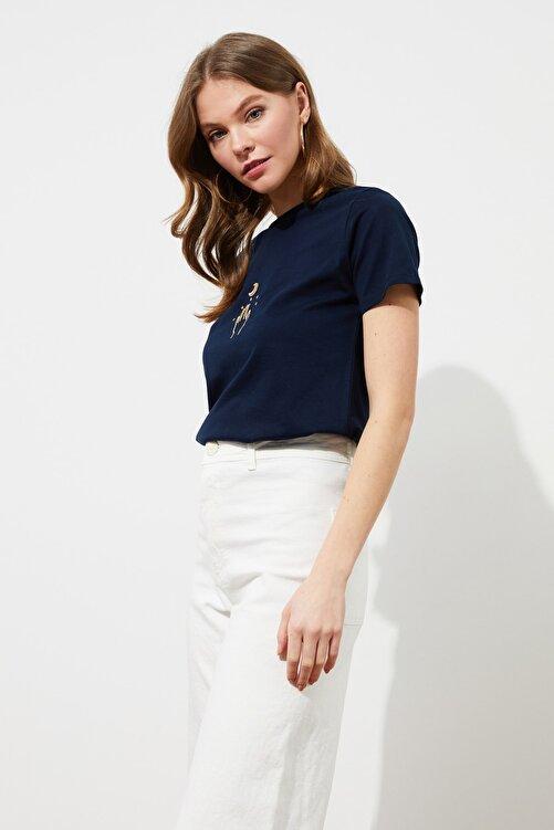 TRENDYOLMİLLA Lacivert Nakışlı Basic Örme T-Shirt TWOSS20TS0553 2