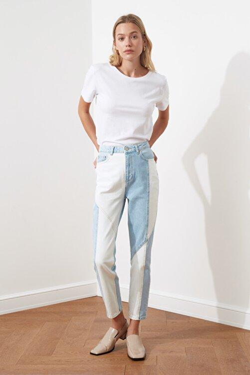 TRENDYOLMİLLA Açık Mavi Beyaz Renk Bloklu Dikiş Detaylı Yüksek Bel Mom Jeans TWOSS21JE0104 1
