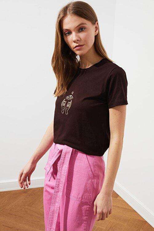 TRENDYOLMİLLA Koyu Kahverengi Nakışlı Basic Örme T-Shirt TWOSS20TS0553 2