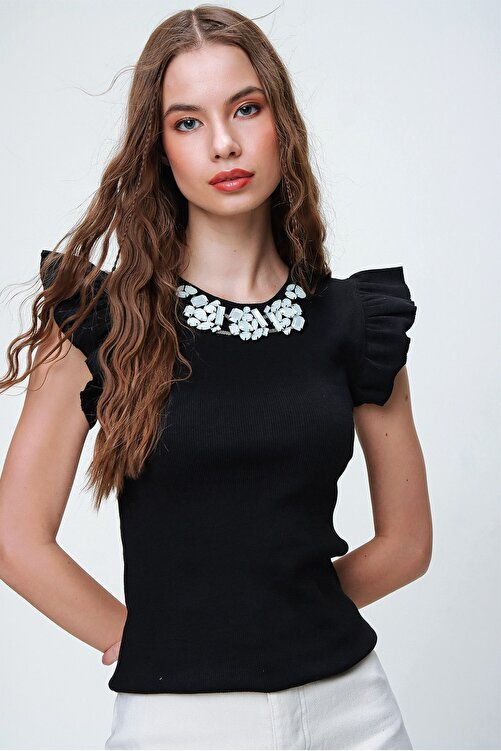 Trend Alaçatı Stili Kadın Siyah Metal Aksesuarlı Kolu Fırfırlı Kaşkorse Bluz ALC-X5978 1