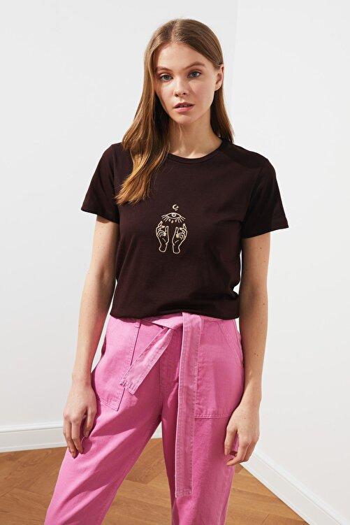 TRENDYOLMİLLA Koyu Kahverengi Nakışlı Basic Örme T-Shirt TWOSS20TS0553 1