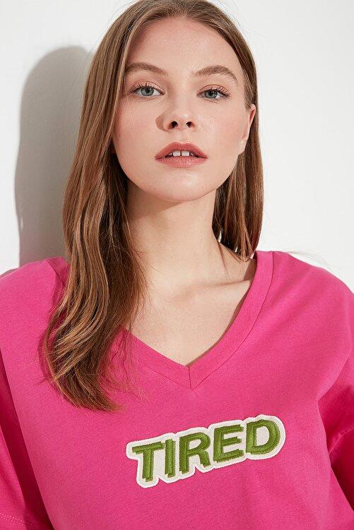 TRENDYOLMİLLA Fuşya Baskılı Ön ve Arka V Yaka Boyfriend Örme T-Shirt TWOSS20TS0506 2