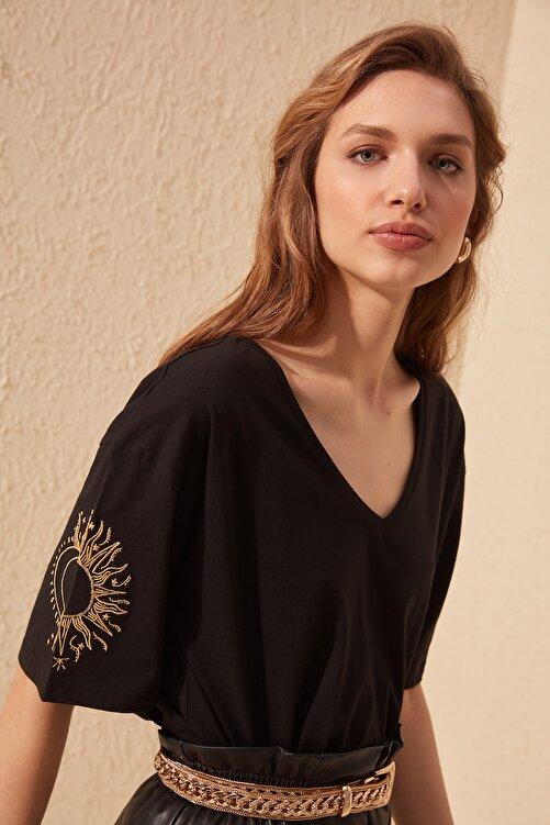 TRENDYOLMİLLA Siyah Kol Nakışlı Loose Kalıp Örme T-Shirt TWOSS20TS0285 1