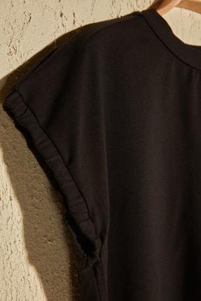 TRENDYOLMİLLA Siyah Crop Örme T-Shirt TWOSS20TS1257 1
