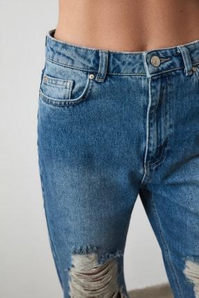 TRENDYOLMİLLA Mavi Yırtık Detaylı Yüksek Bel Mom Jeans TWOAW21JE0009 4