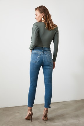 TRENDYOLMİLLA Mavi Paça Detaylı Yüksek Bel Slim Fit Jeans TWOAW21JE0067 4