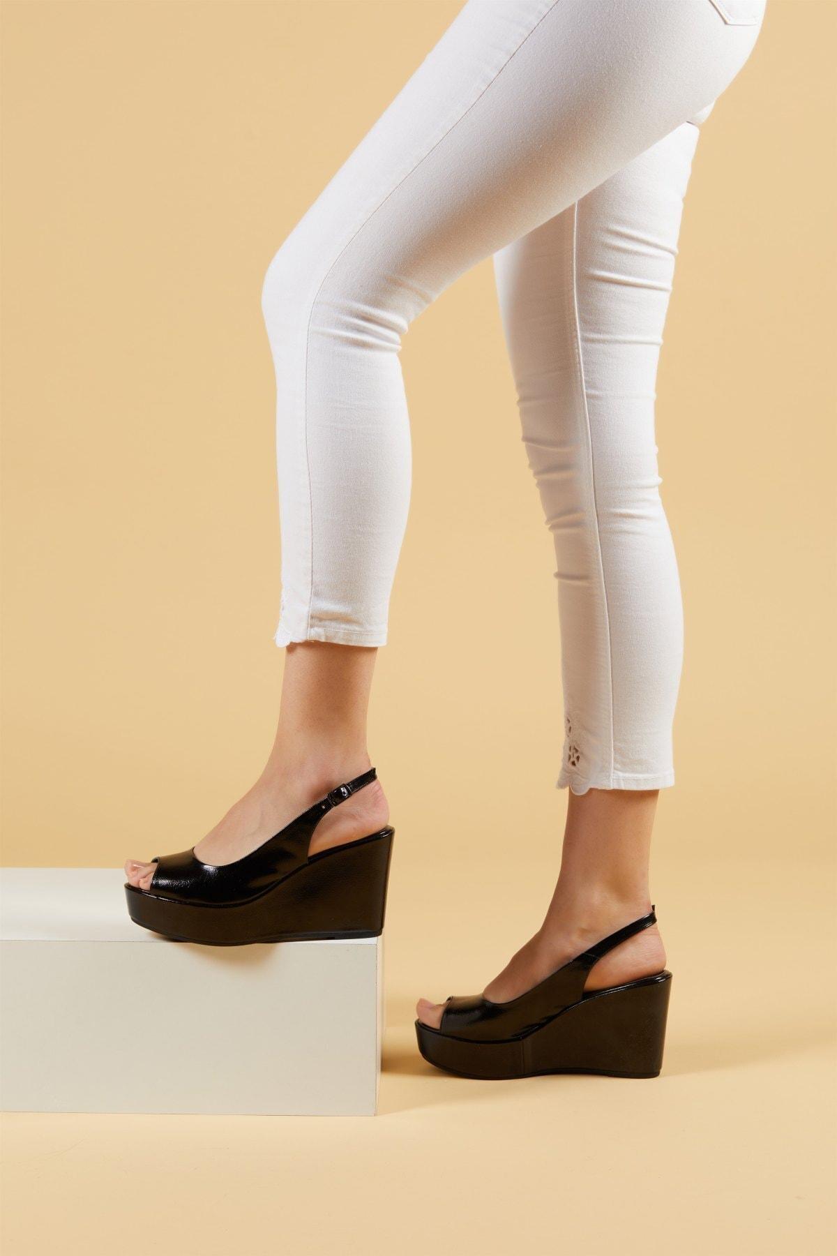 Kadın Siyah Kırık Rugan Dolgu Topuklu Ayakkabı