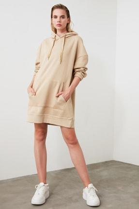 TRENDYOLMİLLA Camel Uzun Oversize Sırtı Baskılı Kapüşonlu Örme Sweat Elbise TWOAW21EL0027 2