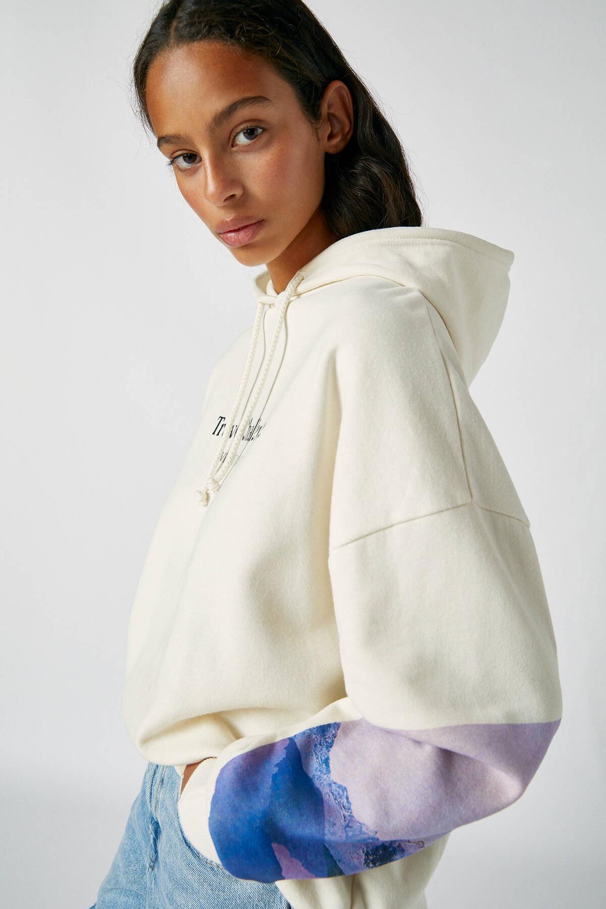 Pull & Bear Kadın Buz Rengi Kolu Fotoğraf Görselli Beyaz Sweatshirt 09594325 3