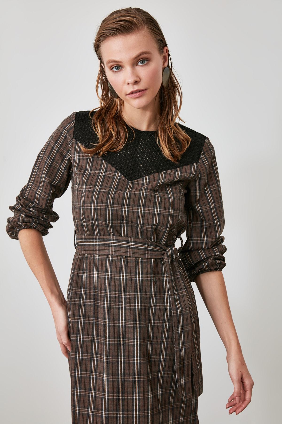 TRENDYOLMİLLA Çok Renkli Kuşaklı Yaka Detaylı Elbise TWOAW21EL0798